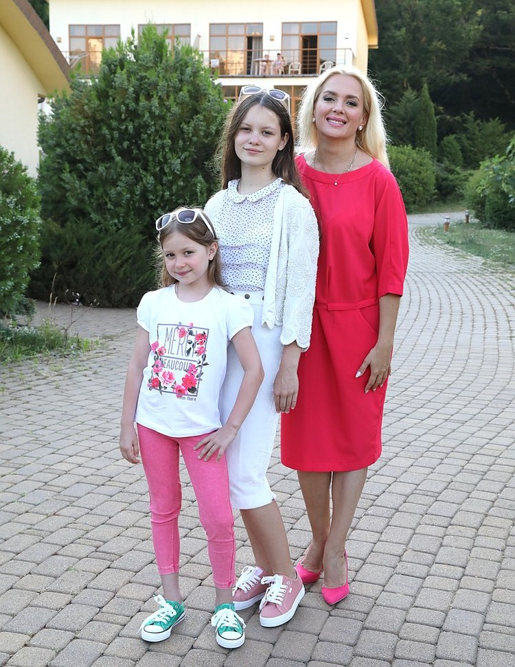 Мария Порошина с дочками Серафимой и Аграфеной.