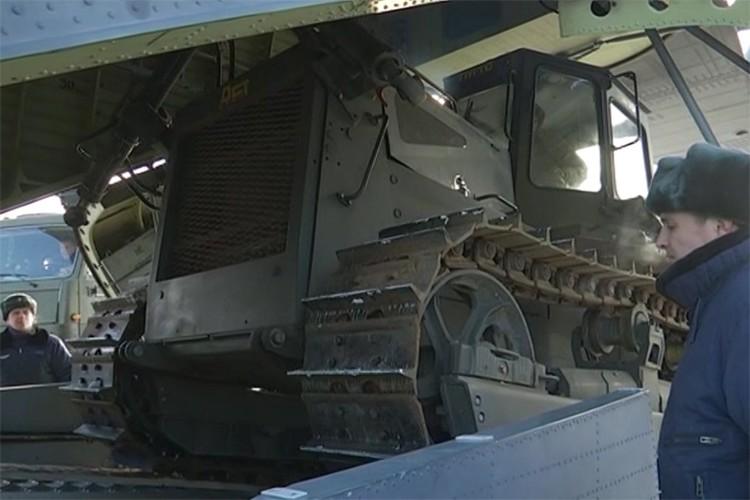 В Хабаровском крае военные летчики провели уникальную операцию по доставке двадцатитонного бульдозера на Бурею