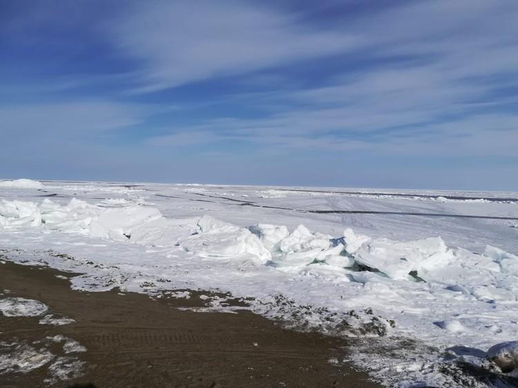 Спасательная операция продолжается, пока неизвестно, остался ли еще хоть кто-то на плавающей в открытом море льдине.