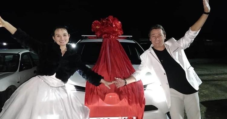 На свадьбу влюбленным подарили автомобиль