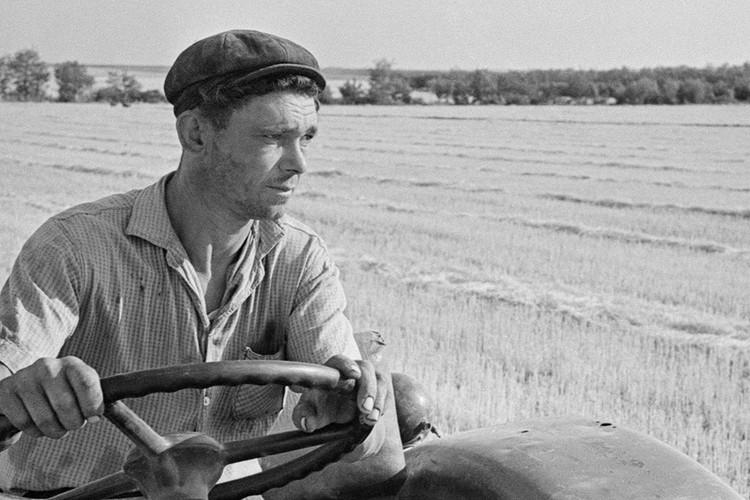 Тракторист в поле за работой, 1964 год. Фото Турбин Василий/Фотохроника ТАСС