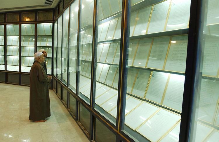 Несмотря на военные действия, в Багдаде уцелела одна реликвия, принадлежавшая Хусейну, которую побоялись вывозить из страны — Кровавый Коран. Фото Getty Images