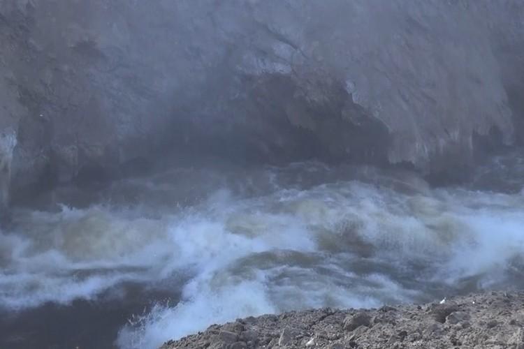 Ссквозь 35-метровую брешь в заторе вытекает до 600 кубометров воды в секунду