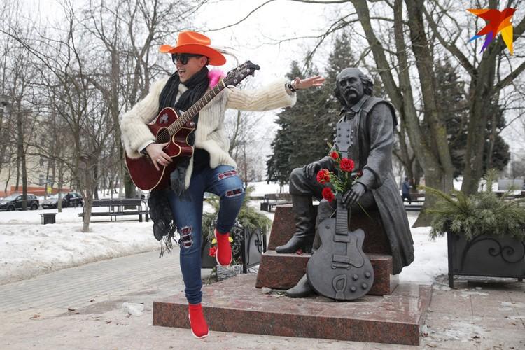 У памятника Владимиру Мулявину.