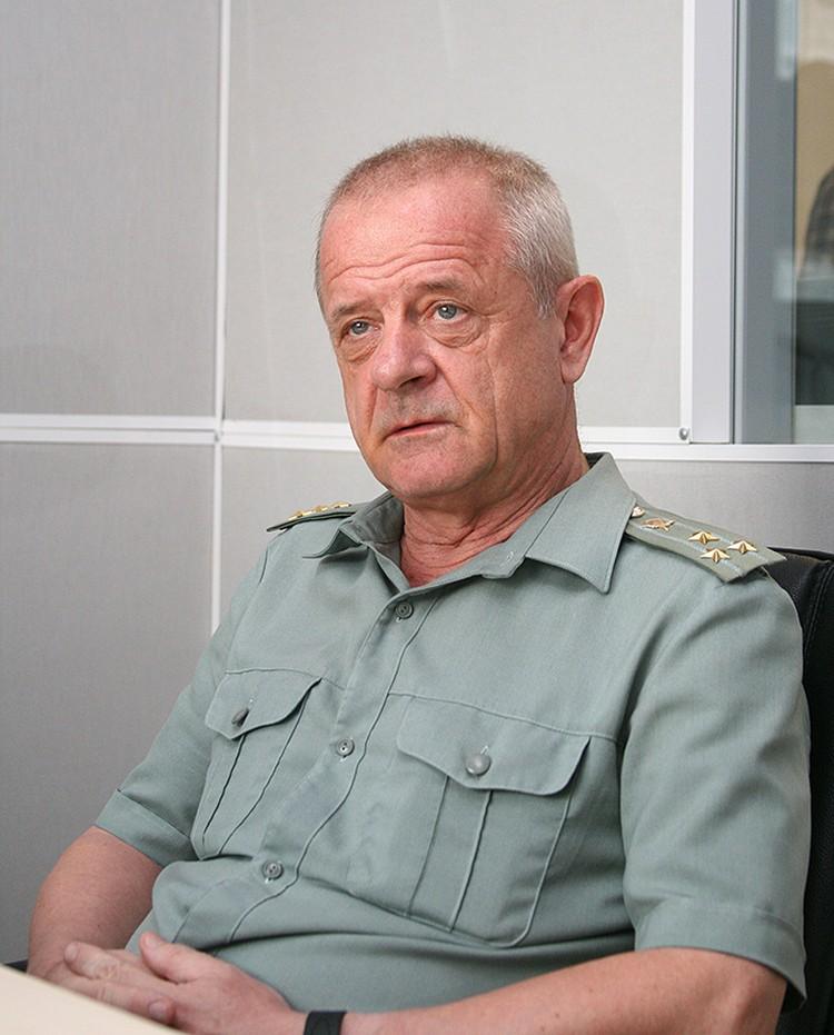 Никто офицера не разжаловал, и он является полковником в отставке