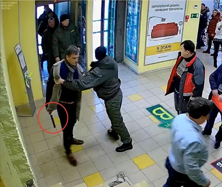 Мужчина угрохал охранникам электрошокер. Фото: скрин с видео