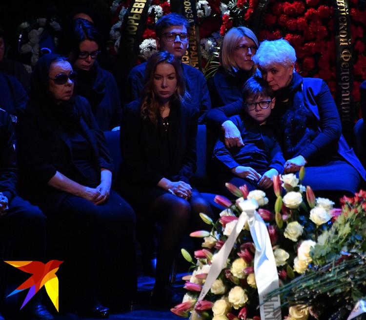 Вдова С.Юрского актриса Наталья Тенякова, его дочь актриса Дарья Юрская и внук Алишер на церемонии прощания.