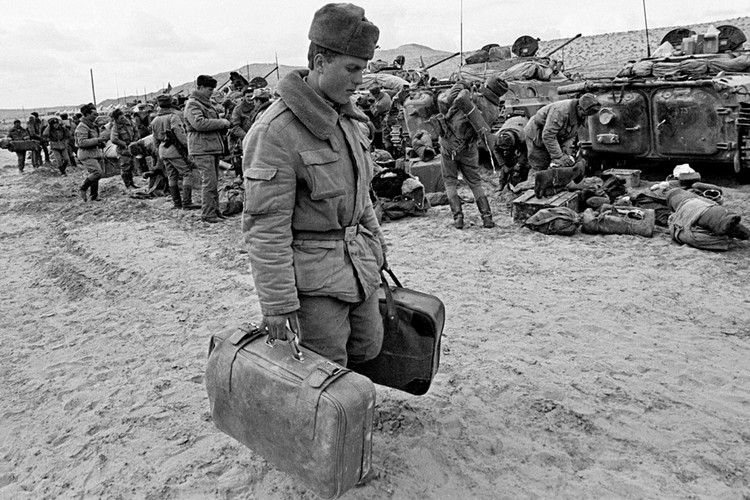 Вывод советских войск из Афганистана начался в мае 1988 года, а полностью завершился 15 февраля 1989 года.