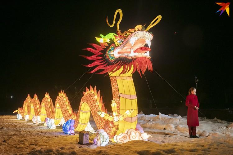 Гигантский дракон смотрится внушительно.