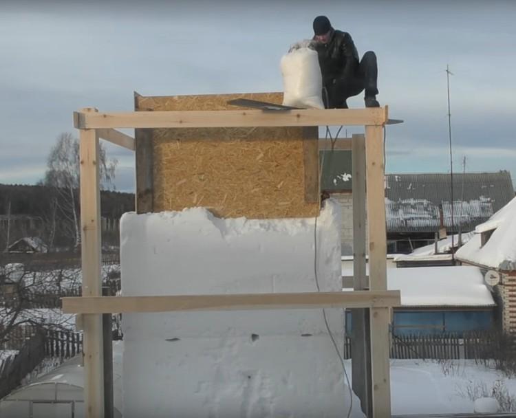 На высоту снег пришлось поднимать в мешках Фото: скриншот с видео