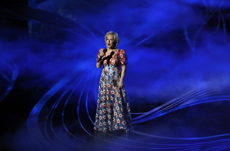 Бетт Мидлер выбрала платье в цветах