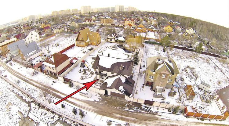 Загородный дом в подмосковном поселке Солнцево оценивается примерно в 26 млн рублей.