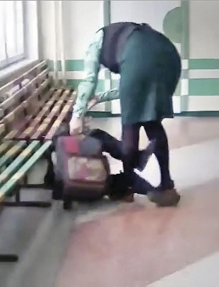 На кадрах видно, как учительница догоняет мальчишку и, отпуская затрещины, валит его на пол...