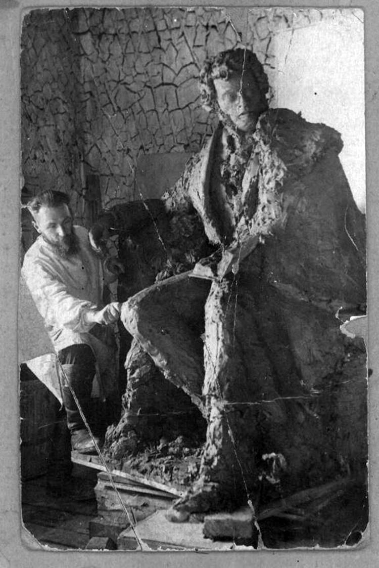 Бруни рядом с памятником в лагере в 1937 году