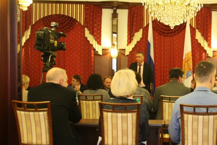 В пресс-центре правительства Кировской области власти пообщались с медиками, взволнованными произошедшим