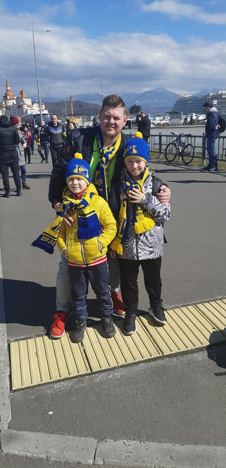 Поболеть за любимую команду приехали сотни ростовских болельщиков.