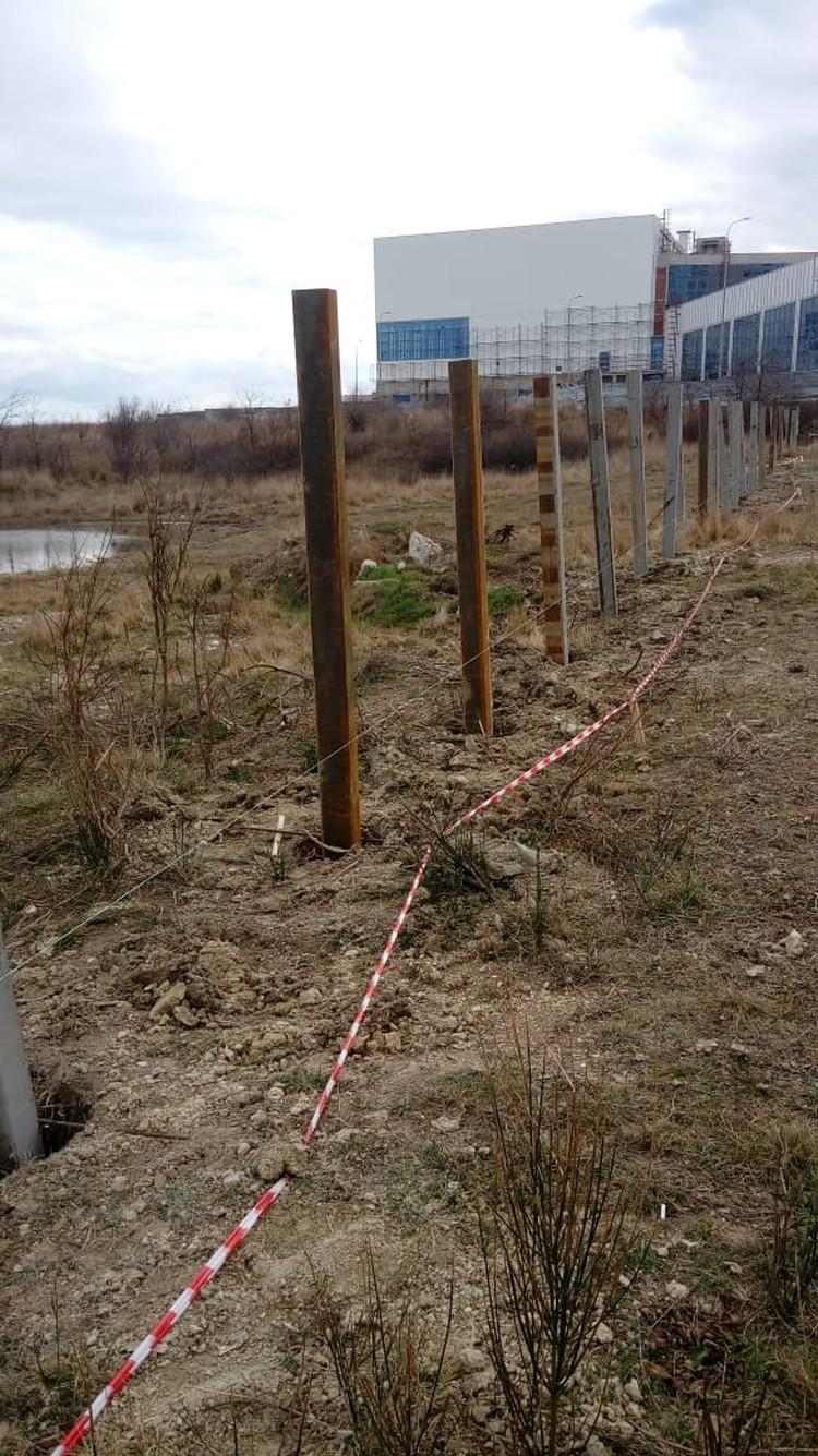 Территорию участков ограждают забором ФОТО: Татьяна Трибрат