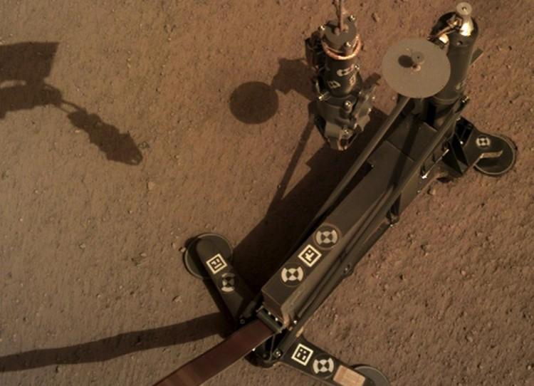 Прибор установлен. Слева видна тень от манипулятора роботизированной руки.