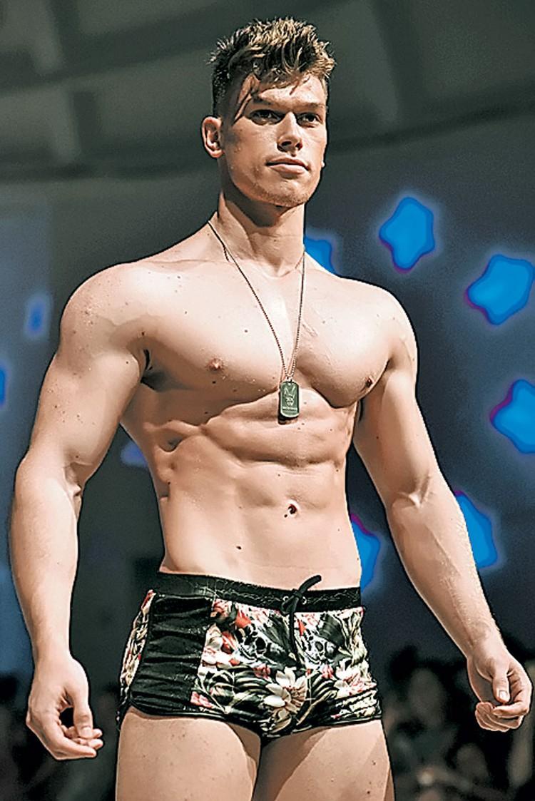 Пляжные боксеры лучше всего подчеркивают атлетичный мужской торс.