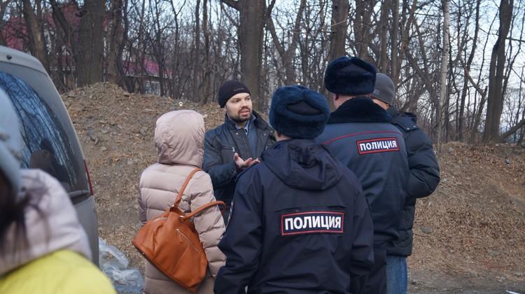 Евгений Часовитин общается с полицией