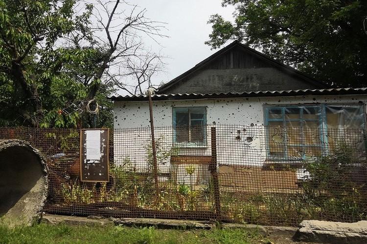 Этот дом в Саханке выглядит еще вполне ничего, от некоторых только фундамент остался.