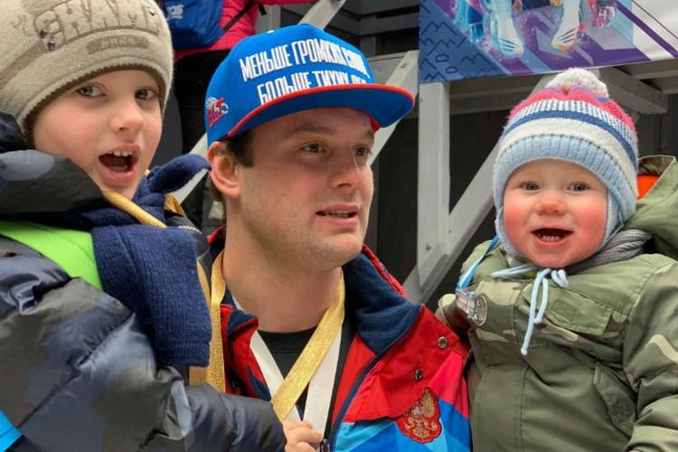 Семен с сыновьями Федором (слева) и Ромой (справа). Фото: личная страница Семена Павличенко в соцсети.