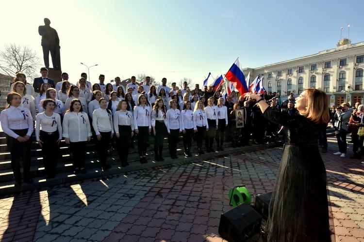 Хор исполнил гимн России