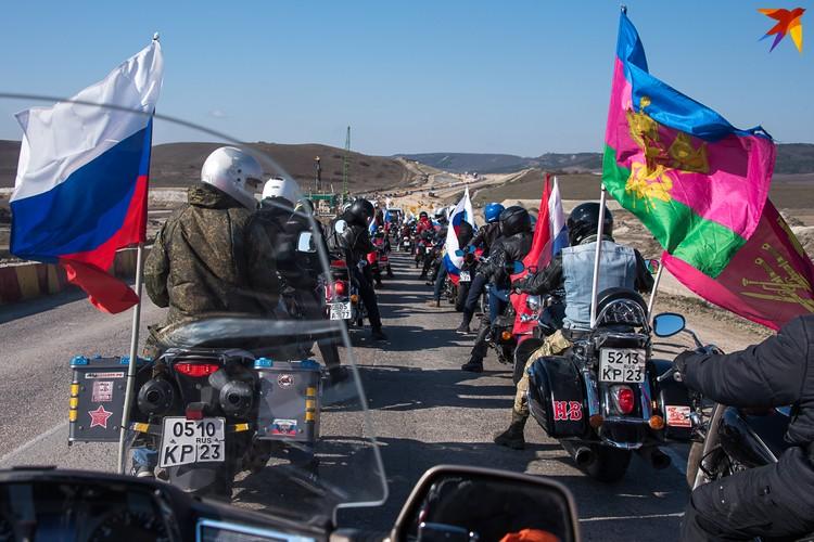 По ветру развивались российские флаги