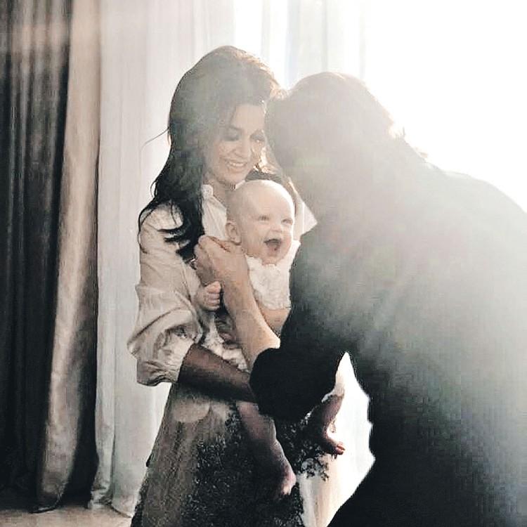 Анастасия Заворотнюк и Петр Чернышев поделились в соцсетях снимком новорожденной дочки Милы. Фото: instagram.com/a_zavorotnyuk