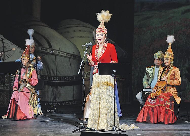 Дарига Назарбаева (в центре), имея отличный голос, мечтала о консерватории, но папа не одобрил - пришлось наверстывать в 2000-е. Фото: Алексей ФИЛИППОВ/РИА Новости