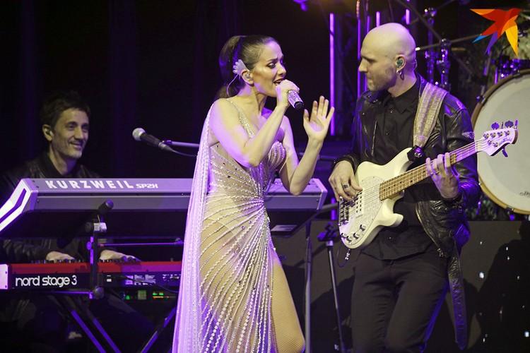 Ей подыгрывали ее музыканты, а подтанцовывали местные, белорусские артисты.