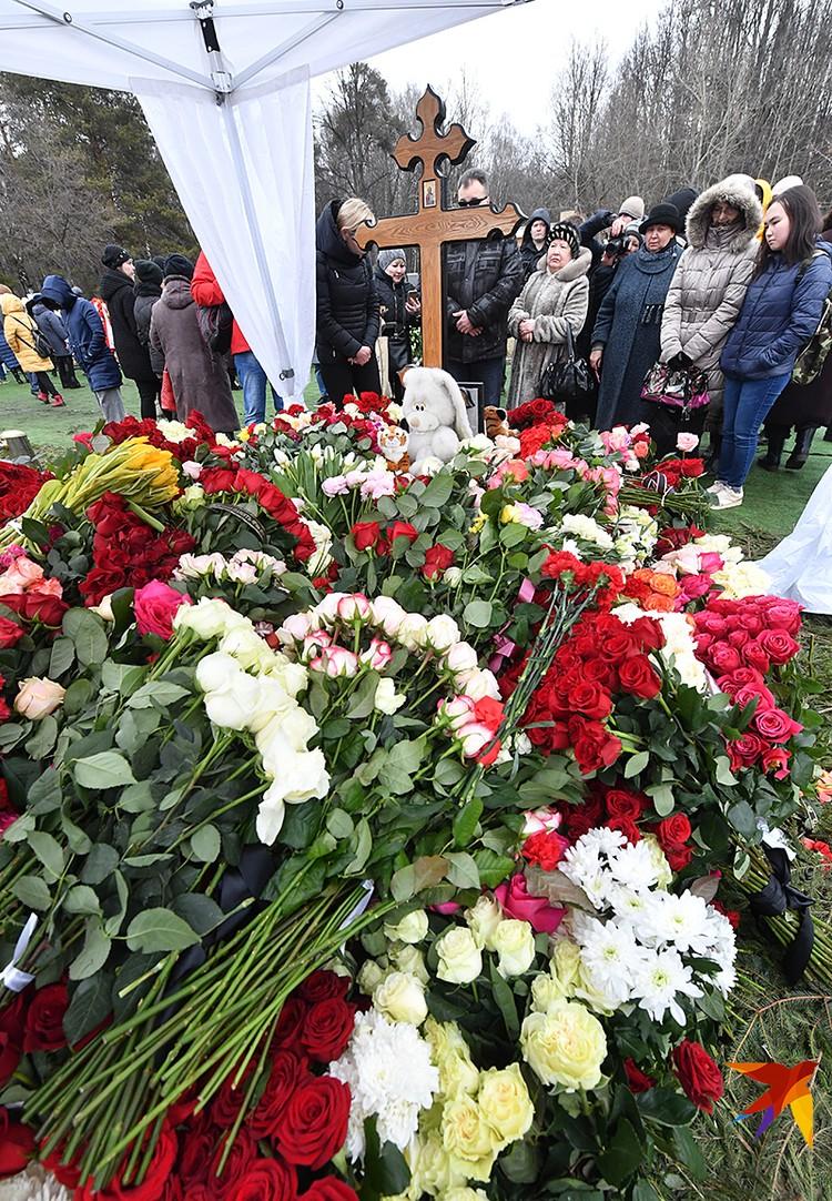 Место на Троекуровском кладбище стоило 1 миллион 300 рублей. Однако для Юлии Началовой сделали исключение благодаря помощи друзей-артистов