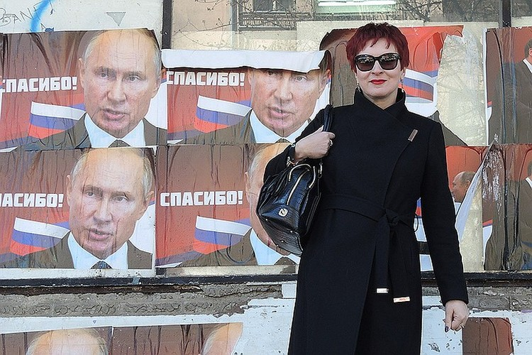 "Журналистка ""КП"" Дарья Асламова в Косовской Митровице на фоне портретов Путина"