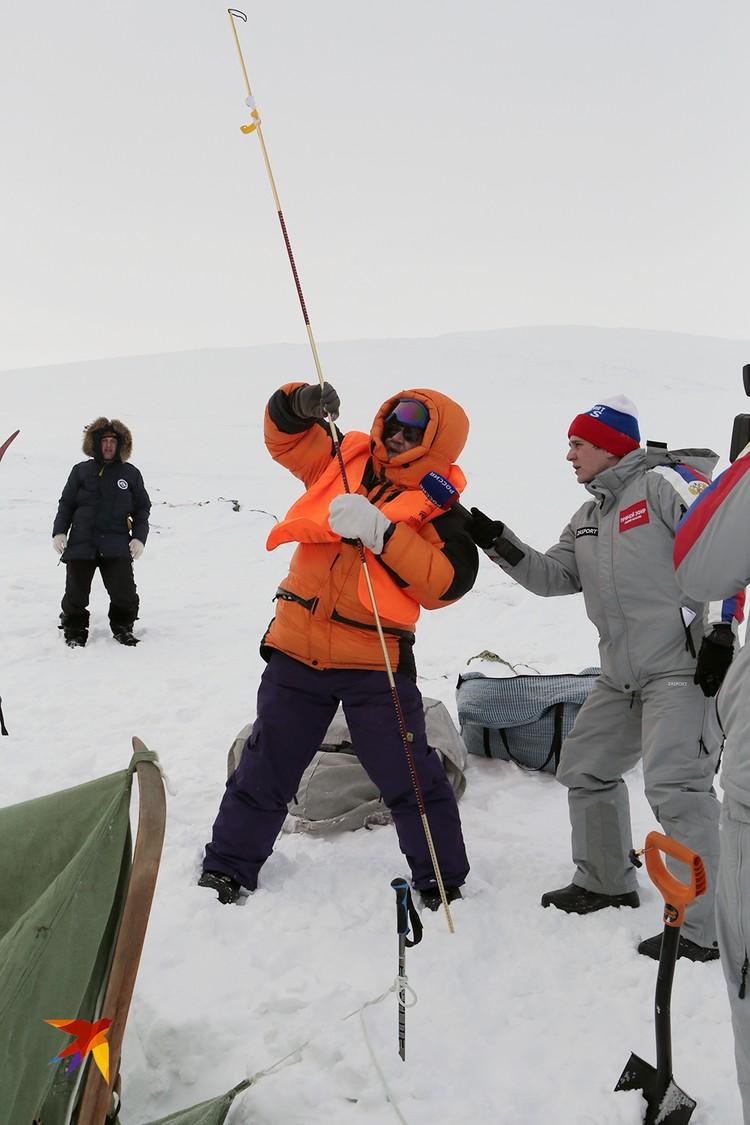 Гляциолог Виктор Поповнин делает измерения на месте трагедии, чтобы дать окончательный ответ на вопрос: мог ли сход снега привести к гибели туристов?
