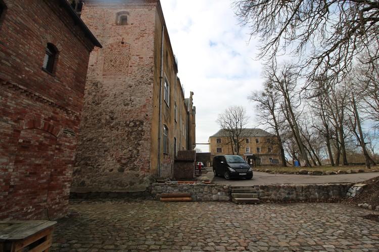 На мощение площадки булыжник выделили власти Калининграда по просьбе церкви.