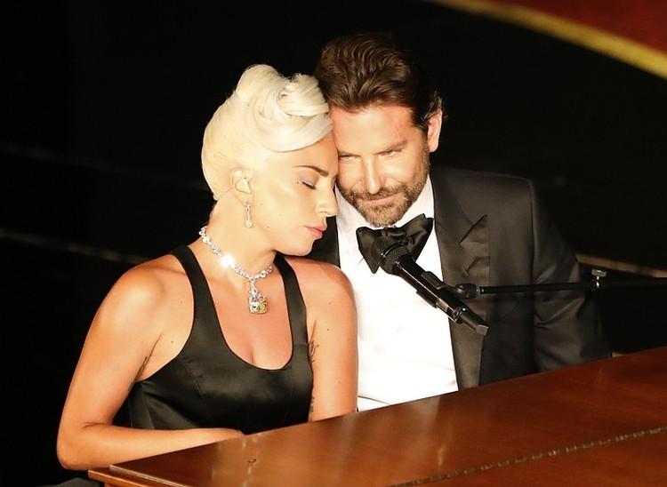 Многие подозревали, что 33-летняя певица отменила свадьбу, потому что влюбилась в своего партнера по фильму «Звезда родилась» Брэдли Купера.