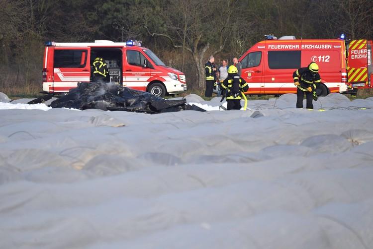 Спасатели работают на месте кпадения самолета.