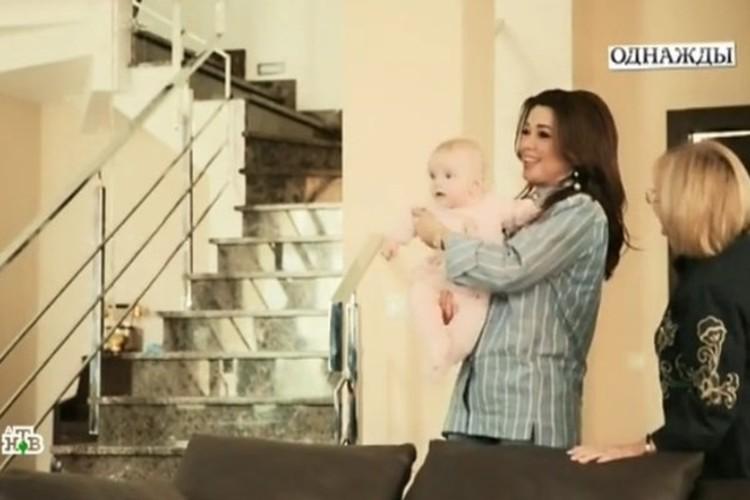 В особняке светлый интерьер, повсюду мраморные лестницы. Новорожденная Мила стала в доме полноправной хозяйкой. Фото: кадр программы.
