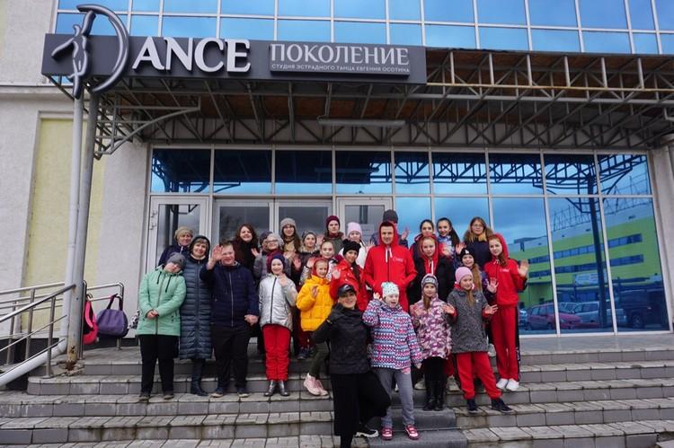 6 апреля ученики студии оказались перед закрытыми дверьми, но сохранили бодрость духа. Фото: Наталья БАРЫШОВА.