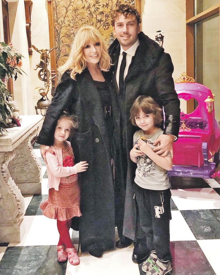 Благодаря документальному фильму «Максим Галкин. Моя жена - Алла Пугачева» мы узнаем о частной жизни звездных супругов и их детей Лизы и Гарри. Фото: maxgalkinru/instagram.com