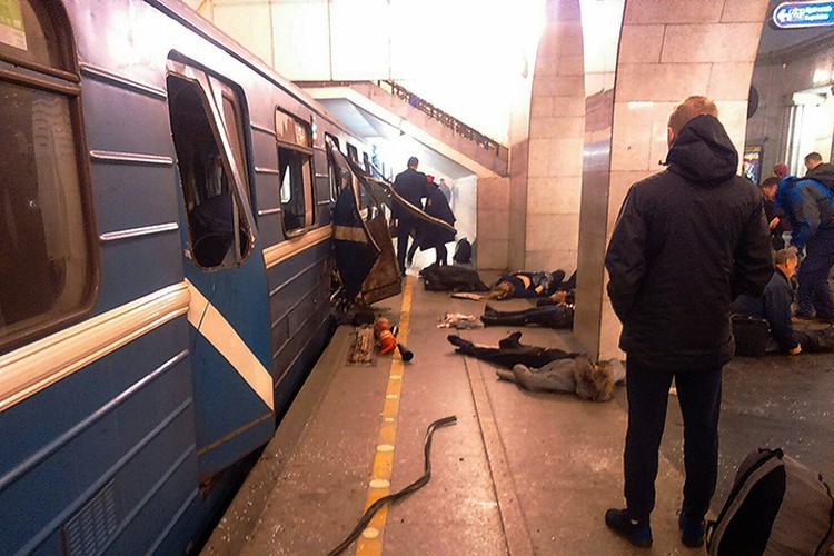 Взорванный поезд на перроне