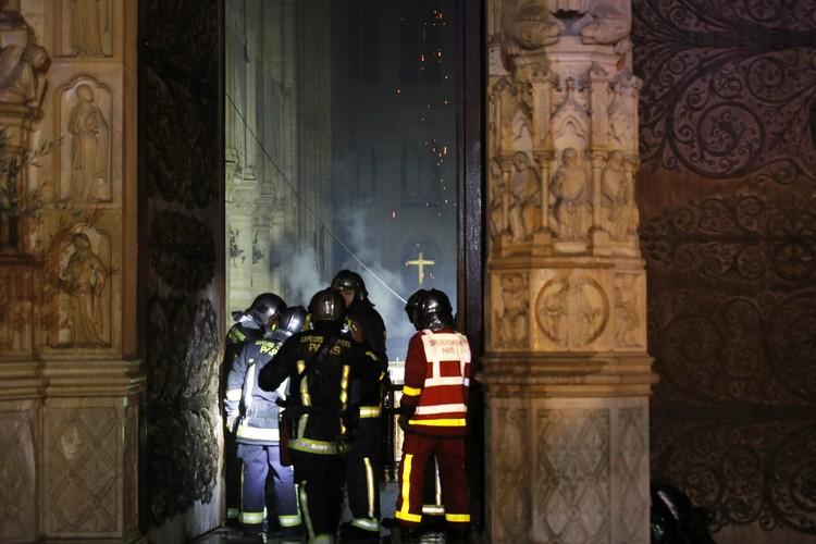 Пожарные входят внутрь собора