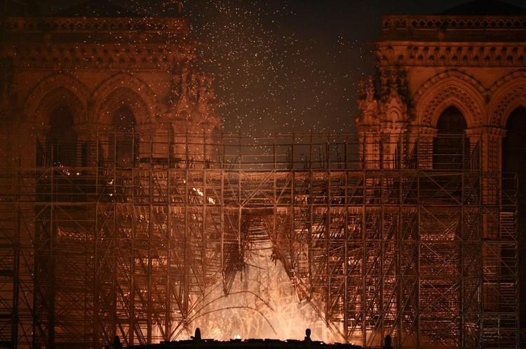 Собор Парижской Богоматери горел на глазах у всего мира почти девять часов