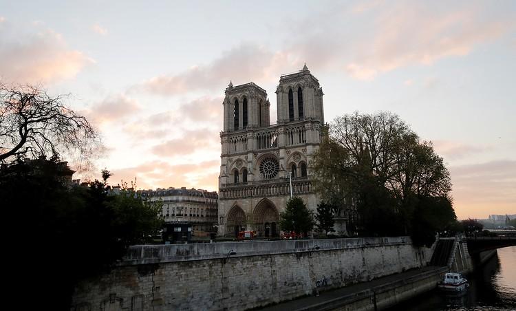 Если смотреть на собор со стороны западного фасада (там расположен главный вход), не сразу и скажешь, что там произошел пожар: и башни, и окно-«роза» уцелели