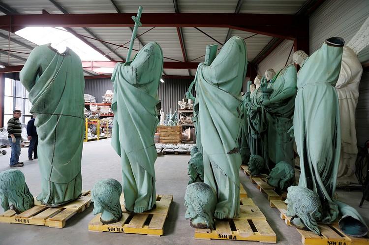 Статуи 12 апостолов были установлены вокруг шпиля Нотр-Дама