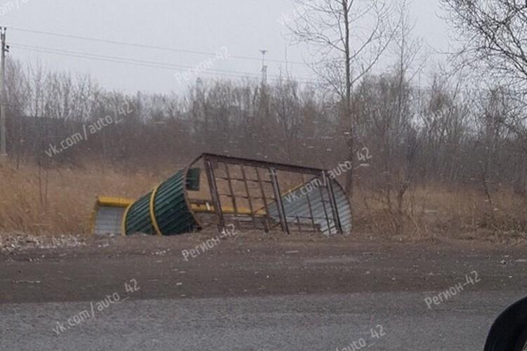 """В Мариинске не устояла остановка. Фото: """"ВКонтакте"""""""