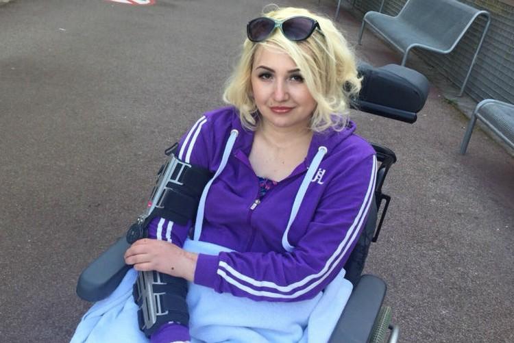 Девушка уже может ездить в кресле. Фото: личный архив Юлии Шмуль.