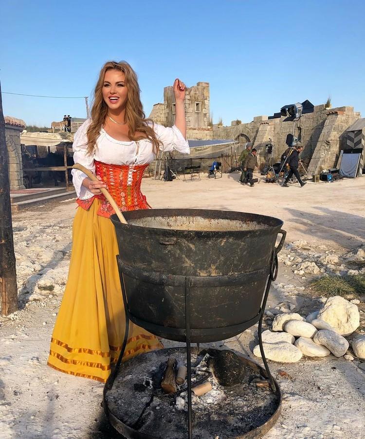 Актриса овладевает секретами приготовления старинных блюд. Фото: Анна Семенович/Instagram