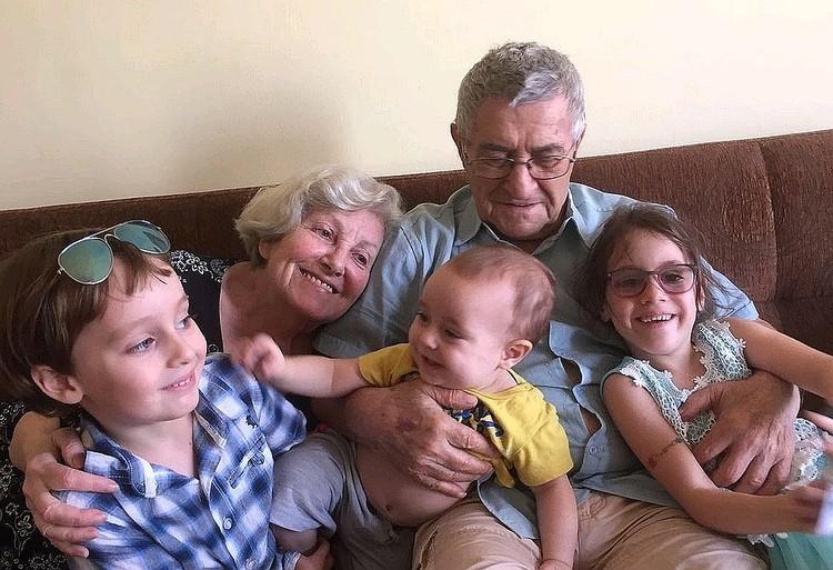 Софья Шегельман с мужем и правнуками. Фото из личного архива