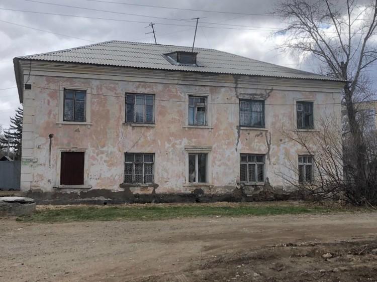 Дома-близнецы обвалившегося здания «трещат», но аварийными их не признают